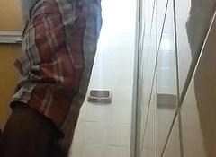 C&acirc_mera escondida grava meu primo entrando no banho (spycam records my cousin)
