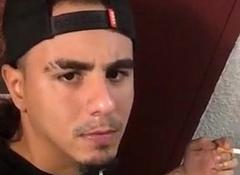 Latino fumando mientras recibe una full mamada