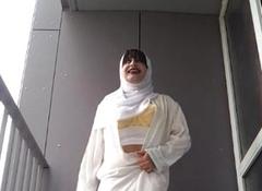 en hijab sur le balcon