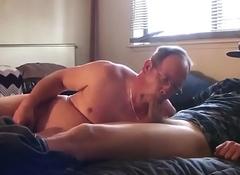 Cor&ocirc_a casado levou um gutsy pra chupar na cama da esposa!