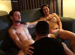 Un followers with joyous le chupa numbing pija a el marido mientras numbing esposa observa